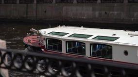ST PETERSBURG, RUSSLAND - 8. JUNI 2019: Leutesegeln auf einem Schiff stock footage