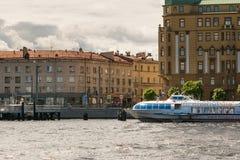 St Petersburg, Russland - 28. Juni 2017: Panoramablick des Neva River-Dammes in St Petersburg Stockbild