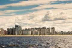 St Petersburg, Russland - 28. Juni 2017: Panoramablick von der Bucht zum Damm in St Petersburg Lizenzfreies Stockbild