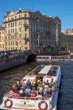 St Petersburg, Russland - 17. Juni 2017: Touristisches Boot bewegt sich entlang den Moika-Fluss Ist in der Nähe die Einsiedlerei Lizenzfreies Stockfoto