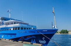 St Petersburg, Russland - 07 16 2018: Kreuzschiff-Swan See auf dem Pier an einem klaren sonnigen Tag Flusskreuzfahrten sind gro?e stockfoto