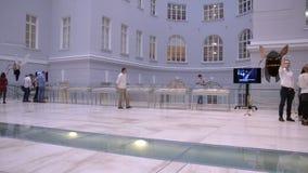 St Petersburg Russland Leute auf der Ausstellung der modernen Kunst stock video