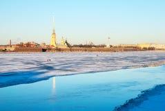 St Petersburg Russland Leute auf gefrorenen Neva River Lizenzfreie Stockfotos