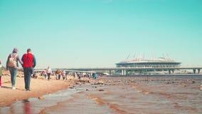 St Petersburg, Russland Leute, die auf schmutzigem Strand während Weltcups 2018 stillstehen stock video footage