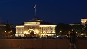 St. PETERSBURG, RUSSLAND: Leute gehen auf einen Damm auf dem Admiralitäts-Hintergrund in der Nacht im Sommer stock footage