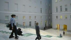 St Petersburg Russland Leute im Generalstab-Gebäude stock footage