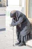 ST PETERSBURG, RUSSLAND - 24. MÄRZ: Der arme Mann auf der Straße von St Petersburg am 24. März 2016 Lizenzfreie Stockfotos
