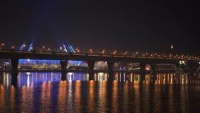 St Petersburg, Russland - 30. März 2019: Nachtaufnahme von Brückenlichtern über Neva-Fluss stock footage