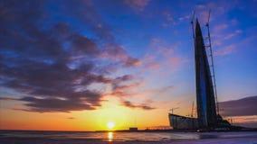 ST PETERSBURG, RUSSLAND - 29. MÄRZ 2018: Zeit-Versehen eines bunten Sonnenuntergangs auf einer schneebedeckten Bucht vor dem hint stock video footage