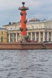 ST PETERSBURG, RUSSLAND - 27. MAI 2015: Alte Börse St Petersburg und Rostral Spalten Stockfoto
