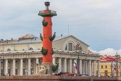 ST PETERSBURG, RUSSLAND - 27. MAI 2015: Alte Börse St Petersburg und Rostral Spalten Stockfotos