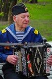 St. PETERSBURG, RUSSLAND - 9. MAI 2014: angenehmer Veteran spielt Akkordeon auf dem 69. Jahrestag des Sieges im Zweiten Weltkrieg Stockfotos