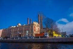 St. PETERSBURG, RUSSLAND, AM 2. MAI 2018: Ansicht im Freien von Anichkov-Brücke über dem Fontanka-Fluss mit etwas Gebäuden herum Lizenzfreie Stockbilder