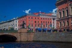 St. PETERSBURG, RUSSLAND, AM 2. MAI 2018: Ansicht im Freien von Anichkov-Brücke über dem Fontanka-Fluss mit etwas Gebäuden herum Lizenzfreies Stockbild