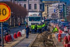 St. PETERSBURG, RUSSLAND, AM 2. MAI 2018: Ansicht im Freien von den nicht identifizierten Angestellten des öffentlichen Diensts,  Stockfotos