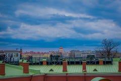 St. PETERSBURG, RUSSLAND, AM 17. MAI 2018: Ansicht im Freien von den nicht identifizierten Leuten, die in eine grüne Dachspitze n Lizenzfreies Stockbild