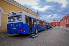 St. PETERSBURG, RUSSLAND, AM 17. MAI 2018: Ansicht im Freien von den nicht identifizierten Leuten, die nah an Bus auf dem Parken  Lizenzfreie Stockfotos