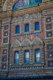 St. PETERSBURG, RUSSLAND, AM 2. MAI 2018: Ansicht im Freien von geschnitzten Details in der Kirche des Retters, eine des Hauptanb Stockbild