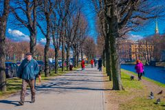 St. PETERSBURG, RUSSLAND, AM 2. MAI 2018: Ansicht im Freien von nicht identifizierten Leuten in einem Park, der eine gute Zeit mi Lizenzfreies Stockfoto