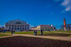 St. PETERSBURG, RUSSLAND, AM 1. MAI 2018: Ansicht im Freien von Vasilyevsky Island- und Börsengebäude auf dem Spucken mit Rastral Lizenzfreies Stockfoto