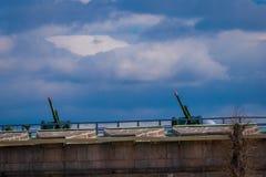 St. PETERSBURG, RUSSLAND, AM 17. MAI 2018: Ansicht im Freien von zwei alten Artilleriegewehren in einer grünen Dachspitze nahe de Stockbild