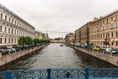 St Petersburg, RUSSLAND - 31. Mai 2017: Damm von St Petersburg, von Flüssen und von Kanälen der alten Stadt Stockbild