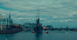 St Petersburg Russland, am 13. Mai 2017: Die legendäre revolutionäre Schiffmuseum Kreuzer-Aurora in Neva-Fluss stock footage