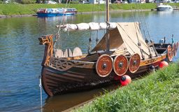St Petersburg, Russland - 27. Mai 2017: Festgemachtes kleines Wikingerschiff in St Petersburg, Russland Stockfoto