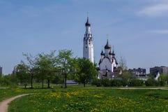 ST PETERSBURG RUSSLAND - MAI 18, 2014: Kirche von St Peter der Apostel im mittleren Park Lizenzfreies Stockfoto