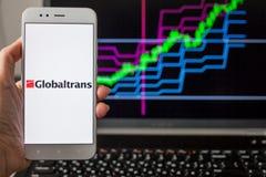 ST PETERSBURG, RUSSLAND - 14. MAI 2019: Logo der russischen Firma Globaltrans auf dem Hintergrund von Aktienkurven stockbild