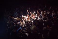 ST PETERSBURG, RUSSLAND - 1. MAI 2013: Menge von Fans am Konzert, Fans im Scheinwerfer lizenzfreie stockbilder