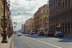 ST PETERSBURG, RUSSLAND - 21. MAI 2017: Nevsky Prospekt in der Stadt von St Petersburg, Russland Abgetöntes Foto Lizenzfreie Stockfotografie