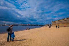St. PETERSBURG, RUSSLAND, AM 17. MAI 2018: Nicht identifizierte Leute, die über das mit gelbem Sand im Strand von Peter und von P Stockfoto