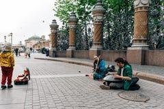 St Petersburg, RUSSLAND - 30. Mai 2017: Straßenmusiker vor dem Retter auf dem Blut stockfotografie