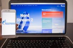 ST PETERSBURG, RUSSLAND - 14. MAI 2019: Website und Logo der russischen Firma Gazprom auf den Schirmen von Ger?ten lizenzfreie stockfotos