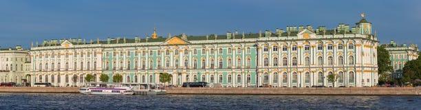 ST PETERSBURG, RUSSLAND - 30. MAI 2015: Winter-Palast, in dem dem Zustands-Einsiedlerei-Museum von Neva-Fluss aufgestellt wird Stockfoto
