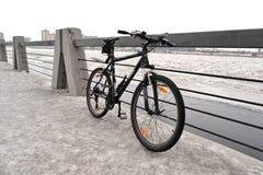 Tragen Sie Fahrrad auf Hintergrund einer Winterlandschaft zur Schau Lizenzfreie Stockfotos