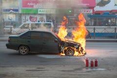 Feuer von der Automotorhaube auf Stadtstraße Stockfoto