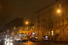 ST PETERSBURG, RUSSLAND - 3. NOVEMBER 2014: Nachtverkehr in der Mitte von St Petersburg Stockfotografie