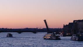 St. PETERSBURG, RUSSLAND: Schattenbild der geöffneten Dreiheits-Brücke und des schwimmenden Ausflugschiffs auf dem Neva in den we stock video footage