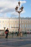 St Petersburg, Russland-September 09,2016: Der Straßenmusiker spielt auf der Straße von St Petersburg Stockbilder