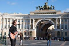 St Petersburg, Russland-September 09,2016: Der Straßenmusiker spielt auf der Straße von St Petersburg Stockfoto