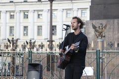 St Petersburg, Russland-September 09,2016: Der Straßenmusiker spielt auf der Straße von St Petersburg Lizenzfreie Stockfotos