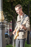 St Petersburg, Russland-September 09,2016: Der Straßenmusiker spielt auf der Straße von St Petersburg Lizenzfreie Stockfotografie