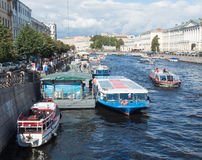 St Petersburg, Russland am 15. September 2016: Exkursionsboote segeln entlang den Fluss Fontanka in St Petersburg, Russland Stockbild