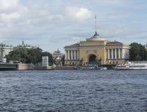 St Petersburg, Russland am 10. September 2016: Panorama des Dammes des Flusses Neva Ansicht der Admiralität und der Einsiedlerei Lizenzfreie Stockfotografie