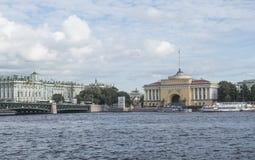 St Petersburg, Russland am 10. September 2016: Panorama des Dammes des Flusses Neva Ansicht der Admiralität und der Einsiedlerei Lizenzfreies Stockfoto