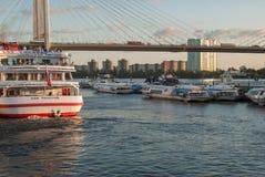 St Petersburg, Russland - 5. September 2017: Segeln vom touristischen Boot des Kais Achternansicht Stockfoto
