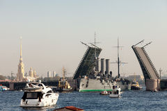 St Petersburg, Russland - SEPTEMBER 21,2014: Towage des Kreuzers Lizenzfreie Stockfotos