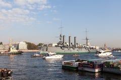 St Petersburg, Russland - SEPTEMBER 21,2014: Towage des Kreuzers Stockfoto